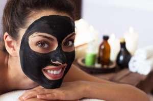 Maschera detox: miele e carbone vegetale