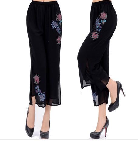 pantaloni neri con applicazioni fiorate dai colori pastello in Georgette
