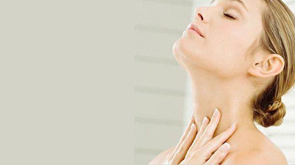 Il collo è una zona del nostro corpo spesso trascurata, eppure è una delle prime parti che risente del tempo che avanza. Ecco perché bisogna occuparsene con costanza.