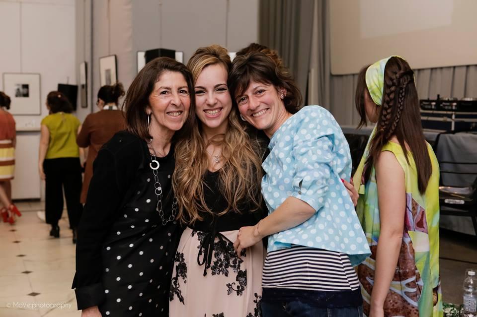 Al centro Virginia Grozio, con le due stiliste di Sarsì-Fatto con le mani.