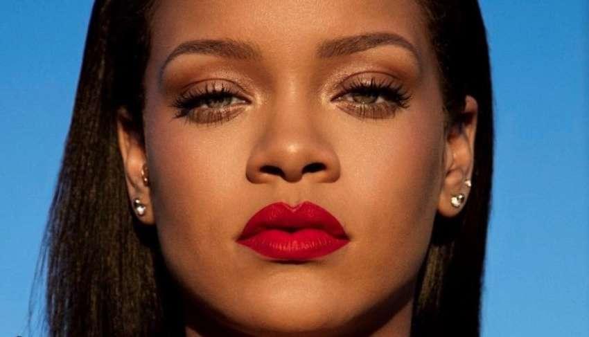 Rihanna con rossetto rosso