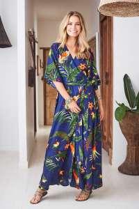 maxi-dress blu con delle stampe tropicali in stile chemisier