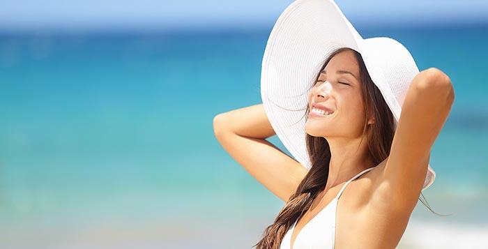 ragazza in spiaggia con cappello