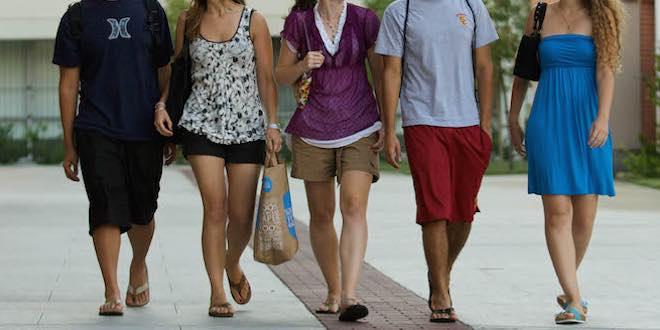 Con il caldo, nelle scuole superiori impazza lo stile spiaggia. Ma i presidi non ci stanno