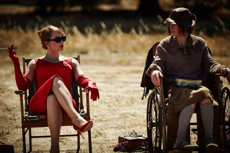 Kate Winslet vestita di rosso in The Dressmaker
