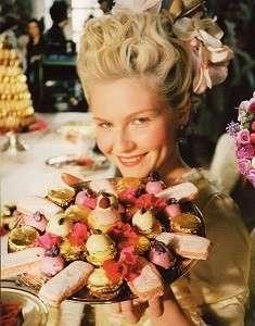 Kirsten Dunst in Marie Antoinette con i macarons