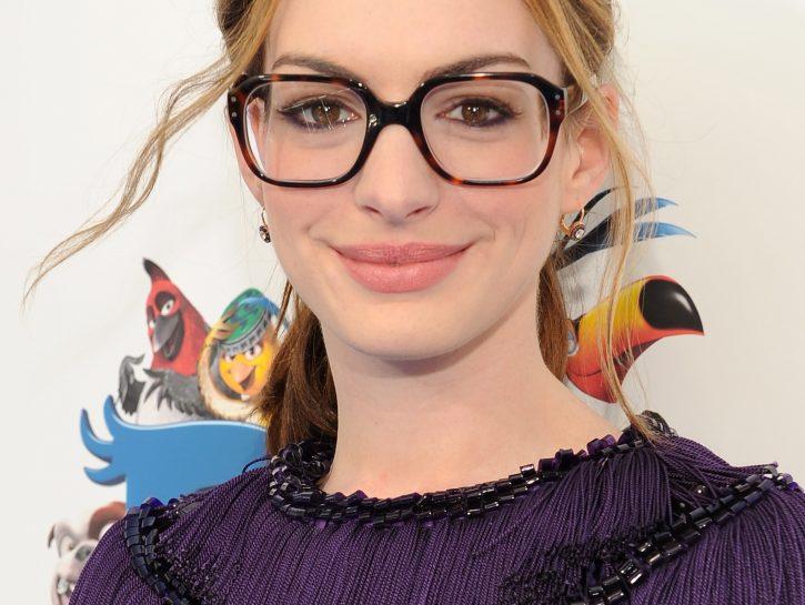 Anne Hathaway con gli occhiali
