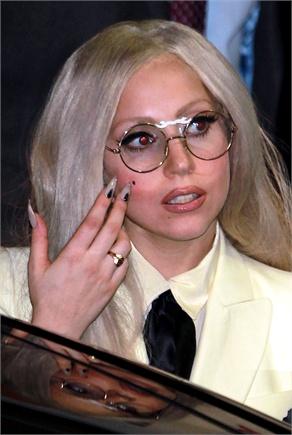 Lady Gaga con gli occhiali da vista