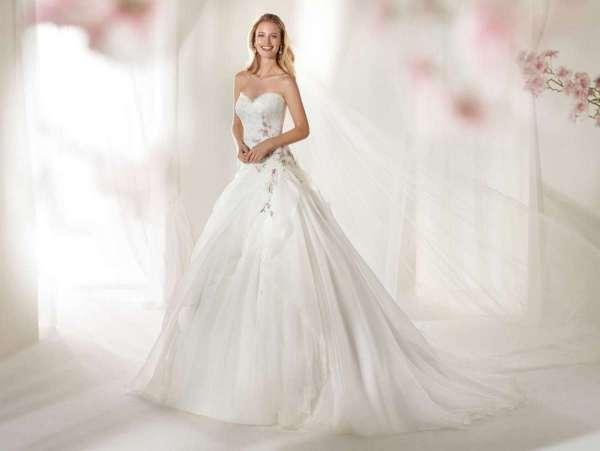"""Alla """"Bridal Week"""" ( di New York, Londra, Milano) sono stati presentati numerosissimi abiti da sposa, dai più Chic ai più demodé"""