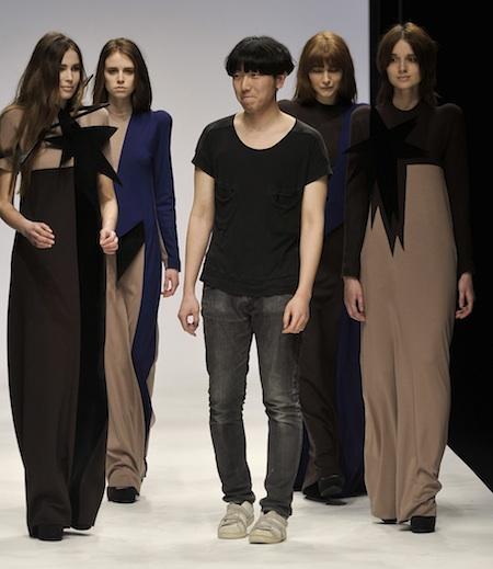 Apre le danze della Paris Fashion Week, Rokh, giovane brand nato dalle mani del braccio destro di Phoebe Philo negli anni di collaborazione da Céline, Rok Hwang.