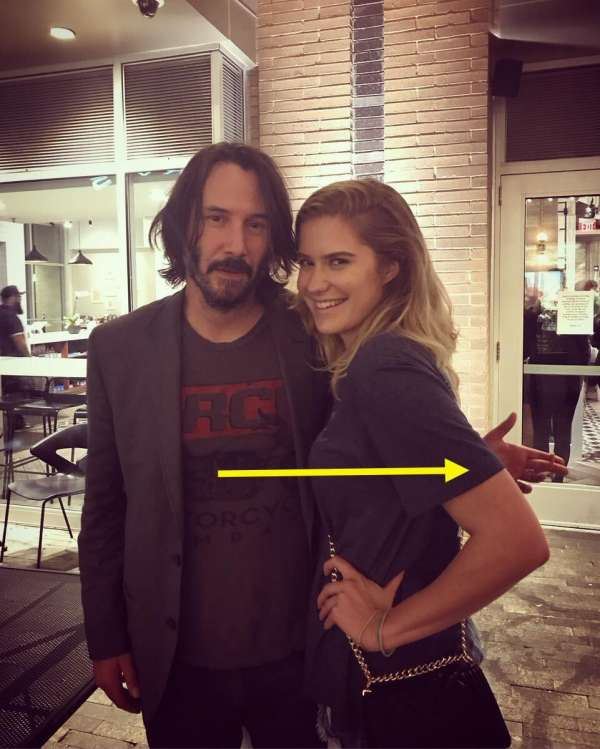 Keanu Reeves posa nelle foto senza mai toccare le donne