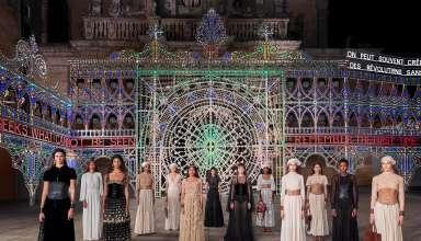 La sfilata Cruise di Dior nel Salento tra luminarie, tradizioni, artigianato