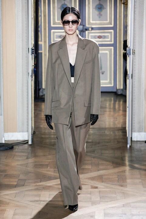 Come si indossa il tailleur pantalone oversize?