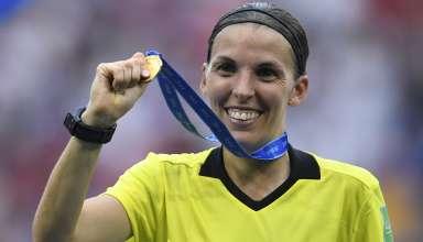 Stephanie Frappart, prima donna ad arbitrare una partita di Champions